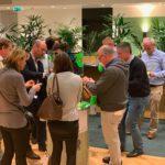 Un groupe de collaborateurs se regroupe autour du matériel cylindrique de team building fresque collective