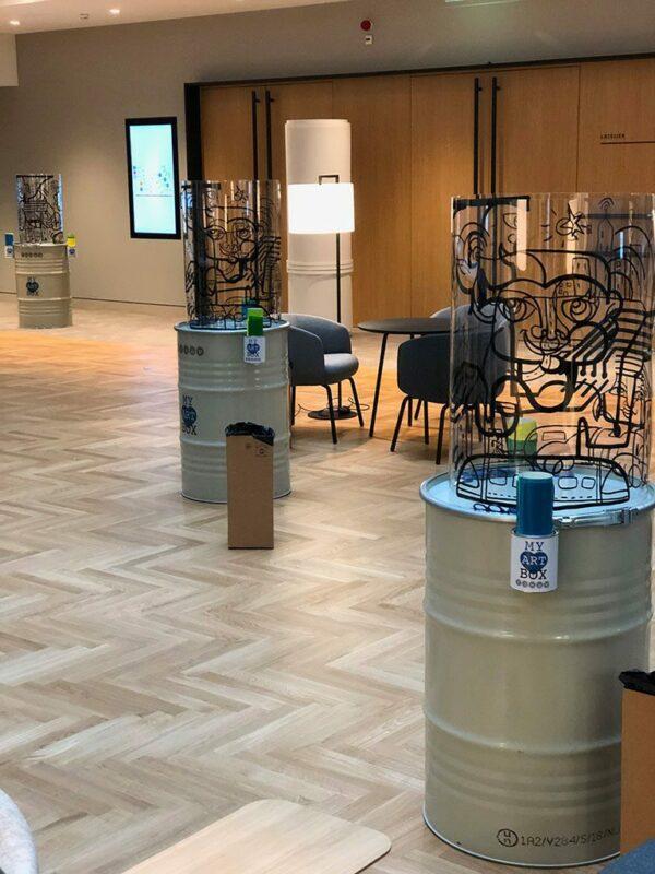 Totem Box Synergie en place dans salle de réunion pour team building créatif à Paris Ile de France