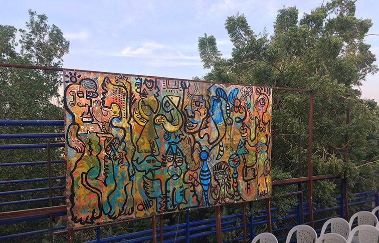 une fresque accrochée en plein aire au moment du soleil couchant