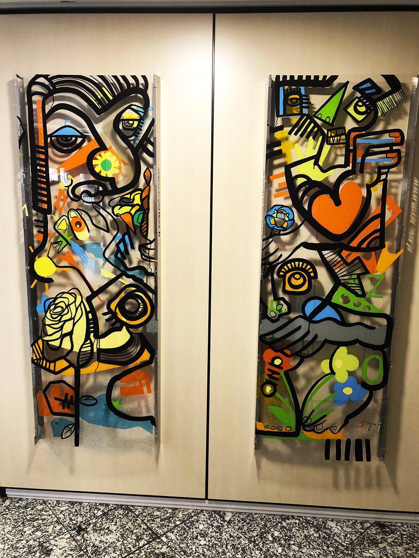 deux tableaux exposés dans un couloir