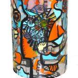 Bas du cylindre peint avec des adhésifs de couleur collé par dessus