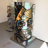 un totem géant d'art contextuel exposé dans une entreprise