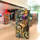 des totems plexi d'art contextuel de aNa exposés au siège de Euro News à Lyon France