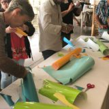 les participantes au programme créatif de coaching agilité découvre le stand de matériel à disposition