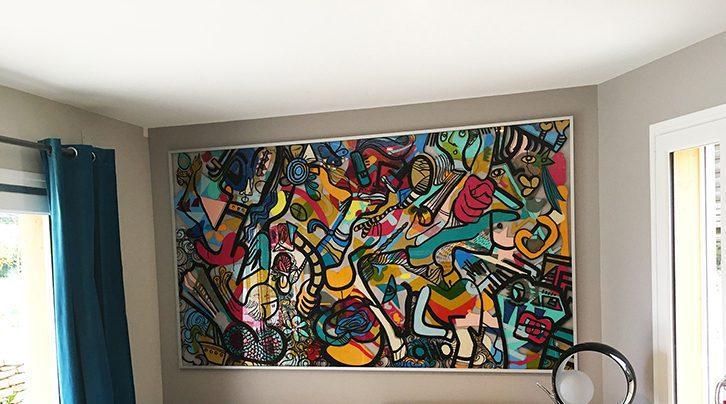 un tebleau coloré exposé dans un salon.