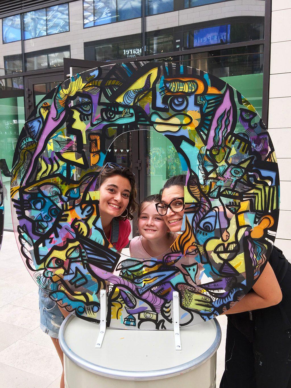 Combativité Artistique - trois générations de femmes posent au milieu d'une œuvre d'art en forme de O