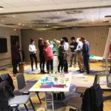 un groupe dans une salle de réunion d'un hotel Mercure de Grenoble lors d'un Programme créatif de coaching agilité animé par MYARTBOX