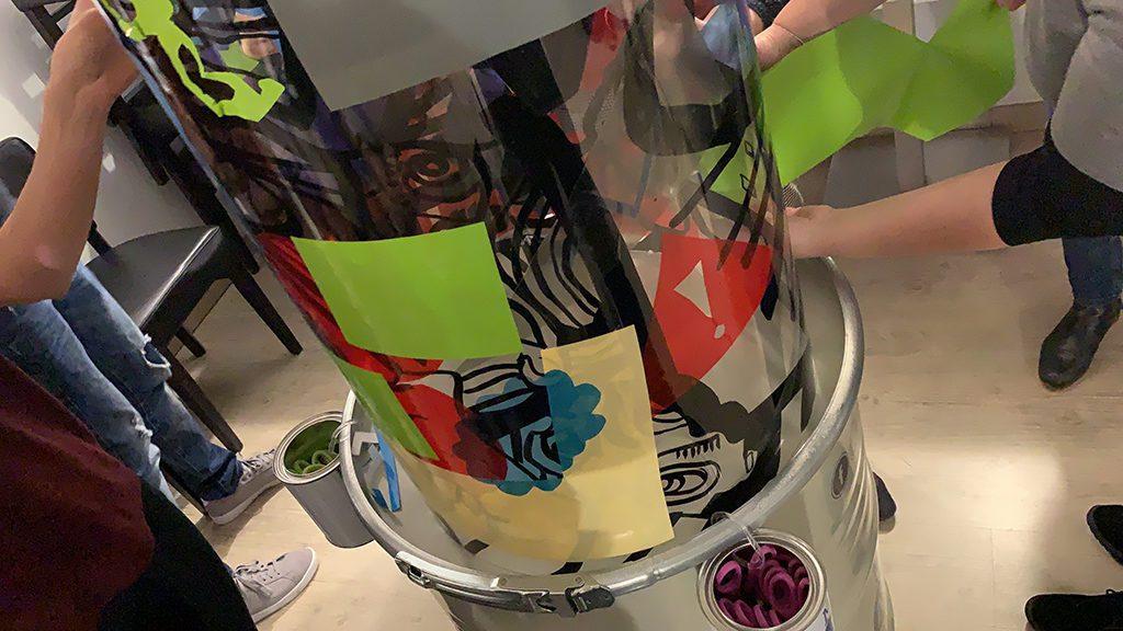 des formes colorées collées sur un cylindre transparent