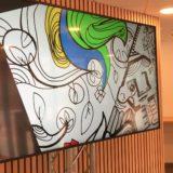 Un écran retransmet la fresque géante sur écran en animation fresque numérique