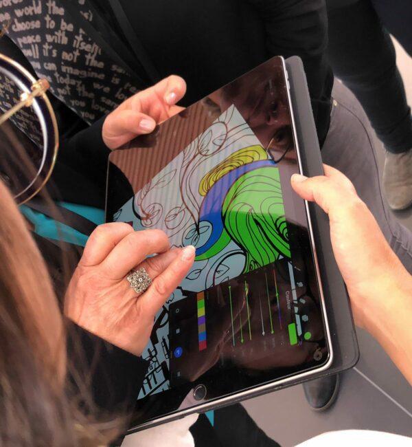 L'artiste aNa propose aux invités d'un événement de mettre en couleur la Fresque Digitale qu'elle a créé sur Ipad pro