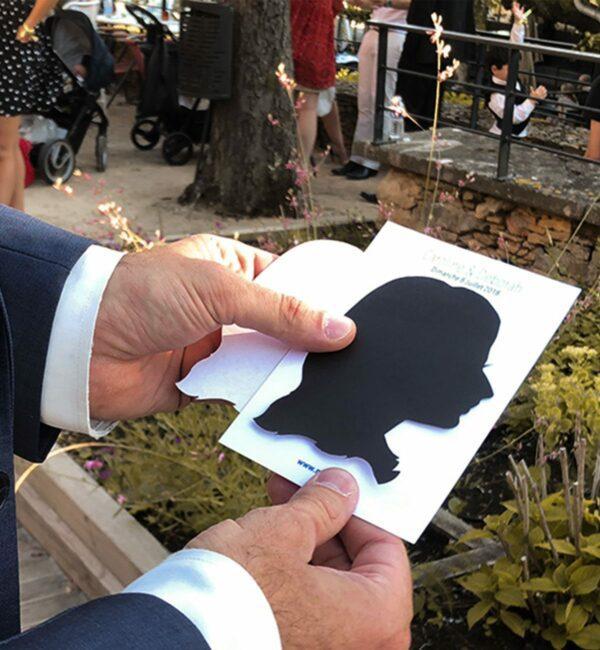 Découpage de silhouette sur papier noir pour vos convives en animation portrait pour mariage anniversaire ou événement et soirée