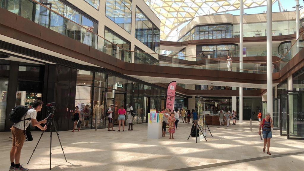 performance d'action art de l'artiste aNa au centre commercial du Prado à Marseille filmée dans le cadre d'un projet d'anthropologie visuelle