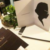 un exemple de portrait de profil découpé dans du papier noir et collé dans une pochette pré imprimée avec communication de la marque et offert lors d'une animation portrait silhouette Lyon