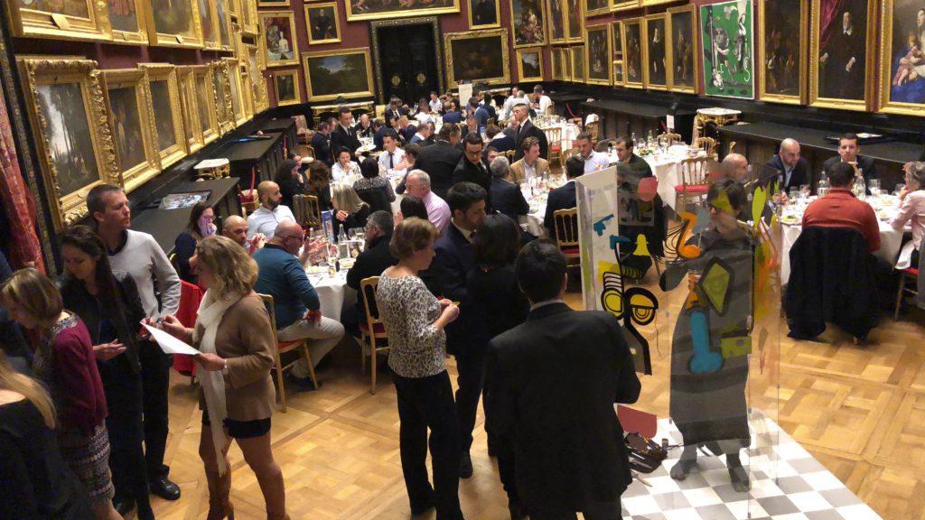 aNa et l'équipe myartbox en tournage d'anthropologie visuelle dans la salle des peintures du Château de Chantilly lors d'une soirée de Gala