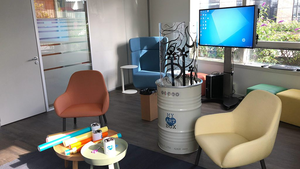 Animation artistique Totem Box en salle de créativité dans une entreprise à lyon