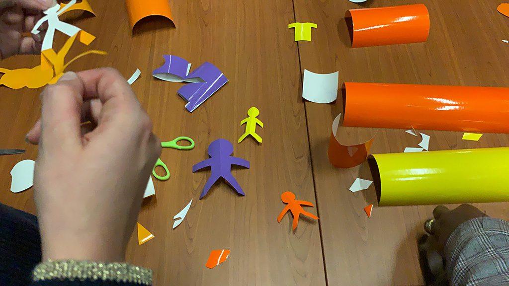 découpage d'un homme symbole universel dans 3 couleurs différentes lors d'un atelier team building fresque graffiti suivant le protocole créatif MYARTBOX