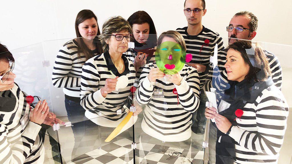 team building fresque sur plexi mis en couleur en équipe avec des achésifs de couleurs découpés et collés sur tube géant myartbox aNa artiste