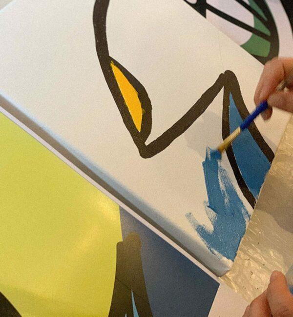 une femme peinture la toile pour reproduire le puzzle peinture
