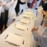 Les invités enfilent leur blouse pour pouvoir commencer l'atelier puzzle peinture