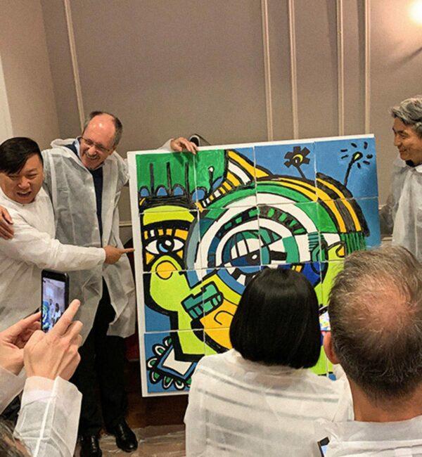Les collaborateurs ont finis le puzzle peinture et sont fières de ce qu'ils ont accomplis